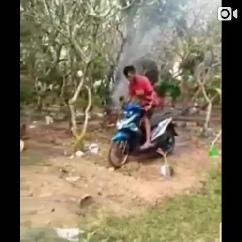 Screen Shoot video remaja yang melintas di atas kuburan dengan motor