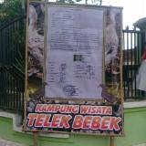 Banner protes warga yang digunakan menyindir pemilik kandang bebek di Tanggulturus / Foto : Istimewa / Tulungagung TIMES