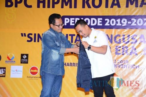 Wali Kota Malang Sutiaji bersama Ketua HIPMI Malang Djoko Prihatin saat sesi pemberian cinderamata. (Foto: Nurlayla Ratri/MalangTIMES)