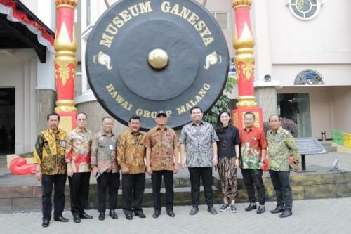 Mendikbud Prof. Dr. Muhadjir Effendy (lima dari kiri) saat berfoto di Gong Besar Museum Ganesya (istimewa)
