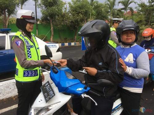 Ilustrasi razia tilang terhadap kendaraan roda dua yang dilakukan Satlantas Polres Malang (Foto : Ashaq Lupito / MalangTIMES)