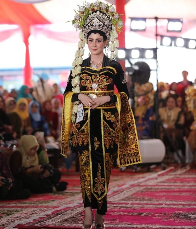 ArumiBachsin saat mengenakanpakaian adat pengantin Suku Osing dari Kabupaten Banyuwangi. (Foto: instagram @emildardak)