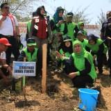 Gubernur Jatim Khofifah Indar Parawansa menanam cemara udang usai menutup acara peringatan hari lingkungan hidup sedunia di Pelabuhan Pantai Mayangan Kota Probolinggo (Agus Salam/Jatim TIMES)