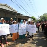 Emak-emak istri nelayan menggelar demo di jalan pintu masuk Pelabuhan Pantai Mayangan, saat gubernur Jatim berkunjung ke PPM (Agus Salam/Tatim TIMES)