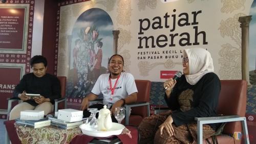 Suasana talkshow Literasi Toleransi: Muslimah yang Diperdebatkan dan Peradaban Sarung di eks Bioskop Kelud, Kota Malang. (Foto: Nurlayla Ratri/MalangTIMES)