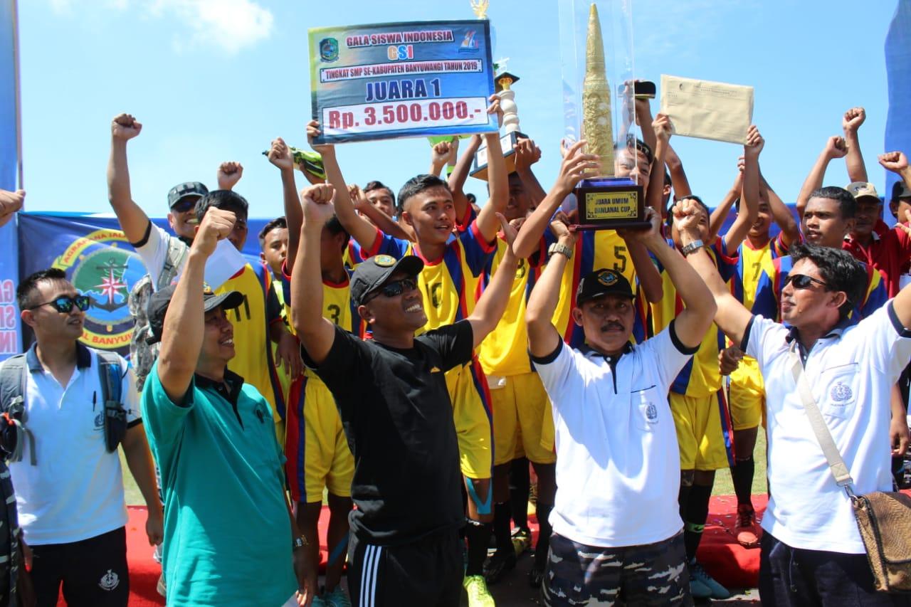 Komandan Lanal Banyuwangi Letkol Laut (P) Yuliuz Azz Zaenal (Kaus Hitam) menyerahkan piala bergilir kepada tim SMP Kecamatan Purwoharjo