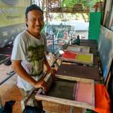 Pak Kepz Vokalis Gang Bontoe saat menggarap sablon di rumahnya.(Foto : Malik Naharul/BlitarTIMES)