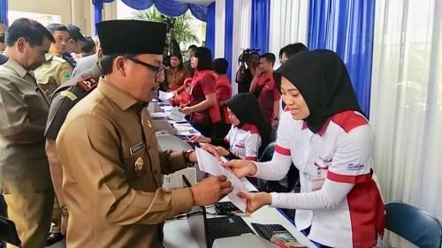 Wali Kota Malang Sutiaji saat membayar PBB dalam launching SPPT awal 2019 lalu. (Foto: Dokumen MalangTIMES)