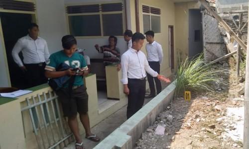 Tim Polres Batu saat melakukan olah TKP ditemukannya bayi tak bernyawa di Jalan Patimura, Kelurahan Temas, Kecamatan BatuSenin (29/7/2019).