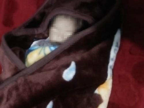 Sosok bayi yang terbungkus  selimut ditemukan oleh warga didi Jalan Patimura, Kelurahan Temas, Kecamatan Batu. (Foto: istimewa)