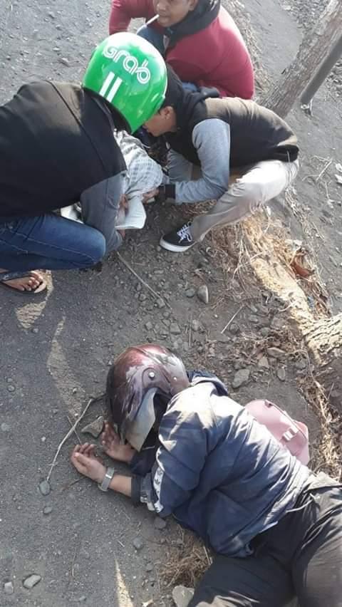 Warga yang berupaya menyelamatkan korban sesaat setelah kecelakaan terjadi (Foto : Istimewa)