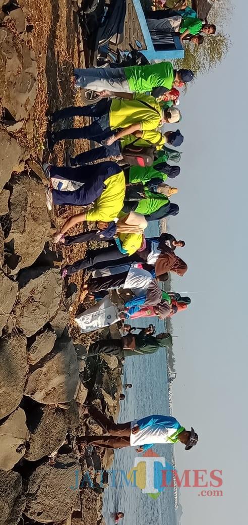 Peringati Hari Lingkungan, Bersihkn Pantai dari Sampah