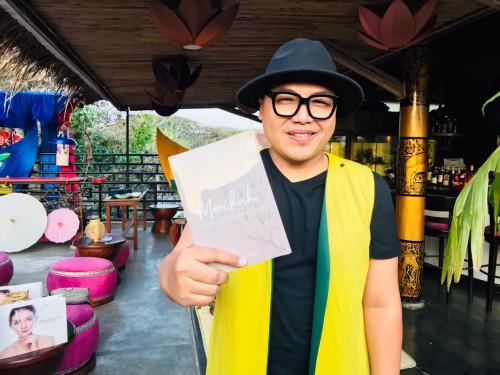 MC Oneng Sugiarta dengan buku terbarunya yang berjudul Menikah. (Foto: Dokumen MalangTIMES)