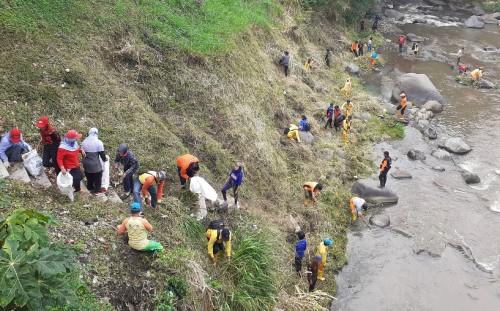 Pembersihan sampah di sungai oleh beberapa petugas DLH Kota Malang. (Arifina Cahyanti Firdausi/MalangTIMES)