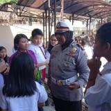 Iptu Datik memberikan penjelasan kepada para pelajar yang berkunjung ke Polres