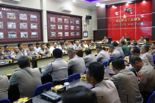 Anggota Polres Malang beserta instansi terkait saat melakukan rapat koordinasi guna pengamanan laga antara Arema Fc Vs Persib Bandung (Foto : Humas Polres Malang for MalangTIMES)