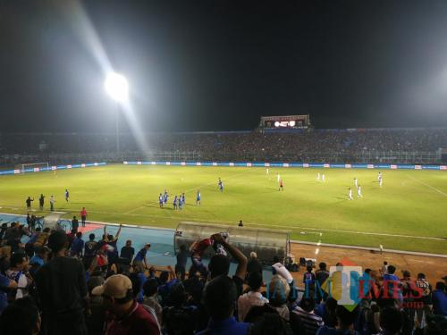 Suasana kemeriahan Aremania setelah Arema FC mencetak gol (Hendra Saputra)