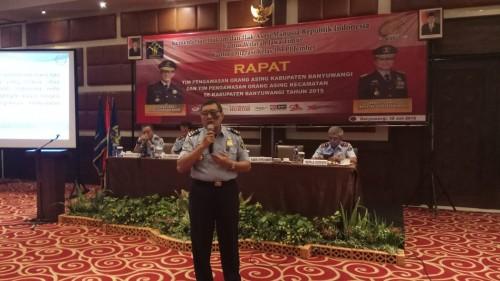 Wishnu Daru Fajar memberikan materi dalam rapat Tim Pengawasan Orang Asing.