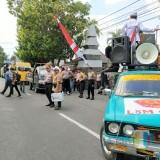Situasi aksi demo, Direktur LSM GEMPUR bawa koper bertulisan uang 350 juta rupiah untuk mengurus izin tambang (Foto: Heru Hartanto/Situbondo TIMES)