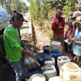 Warga antri mengambil air bersih yang dibagikan PCNU Banyuwangi