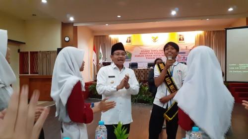 Wali Kota Malang Sutiaji (tengah) saat bernyanyi bersama anak-anak dalam kegiatan Forum Anak Kota Malang. (Pipit Amggraeni/MalamgTIMES)