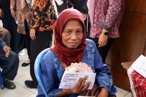 Salah satu lansia yang menerima bantuan insentif di di Gedung LVRI, Jalan Sultan Agung, Kecamatan Batu, Kamis (1/8/2019).