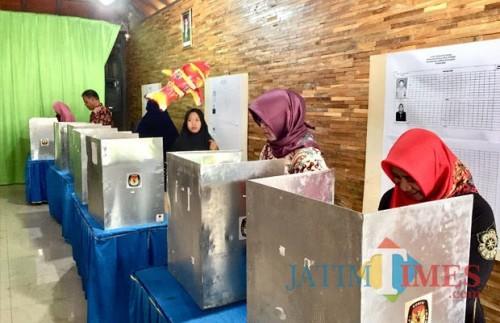 Beberapa warga saat memberikan pilihannya di bilik suara pada Pilkades Kota Batu 2018 lalu. (Foto: Irsya Richa/MalangTIMES)