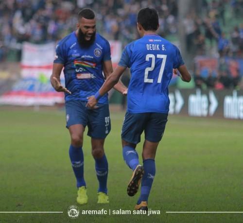 Dedik Setiawan dan Sylvano Comvalius saat merayakan gol melawan Persipura. (official Arema FC)