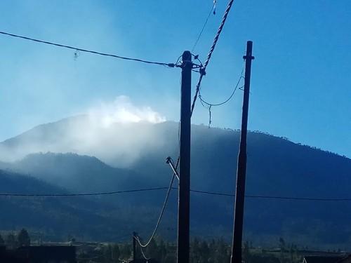 Kepulan asap saat terjadi kebakaran hutan di Gunung Arjuna. (Foto: istimewa)
