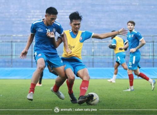 Hanif Sjahbandi (paling kiri) saat latihan bersama tim Arema FC. (official Arema FC)