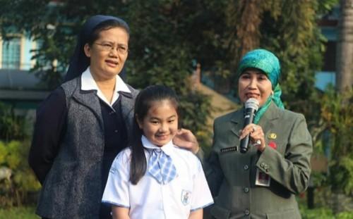 (dari kiri ke kanan) Kepala SDK Santa Maria II Sr Veronique Marie SPM, Izabelle Kurniawan (Kiara), dan Kadindik Kota Malang Dra Zubaidah MM. (Foto: Humas)