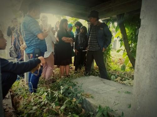Tim Ahli Cagar Budaya Kota Malang Dan Kepala UPT PPUsaat meninjau salah satu makam Belanda, yakni Dr Lavallete (Anggara Sudiongko/MalangTIMES)