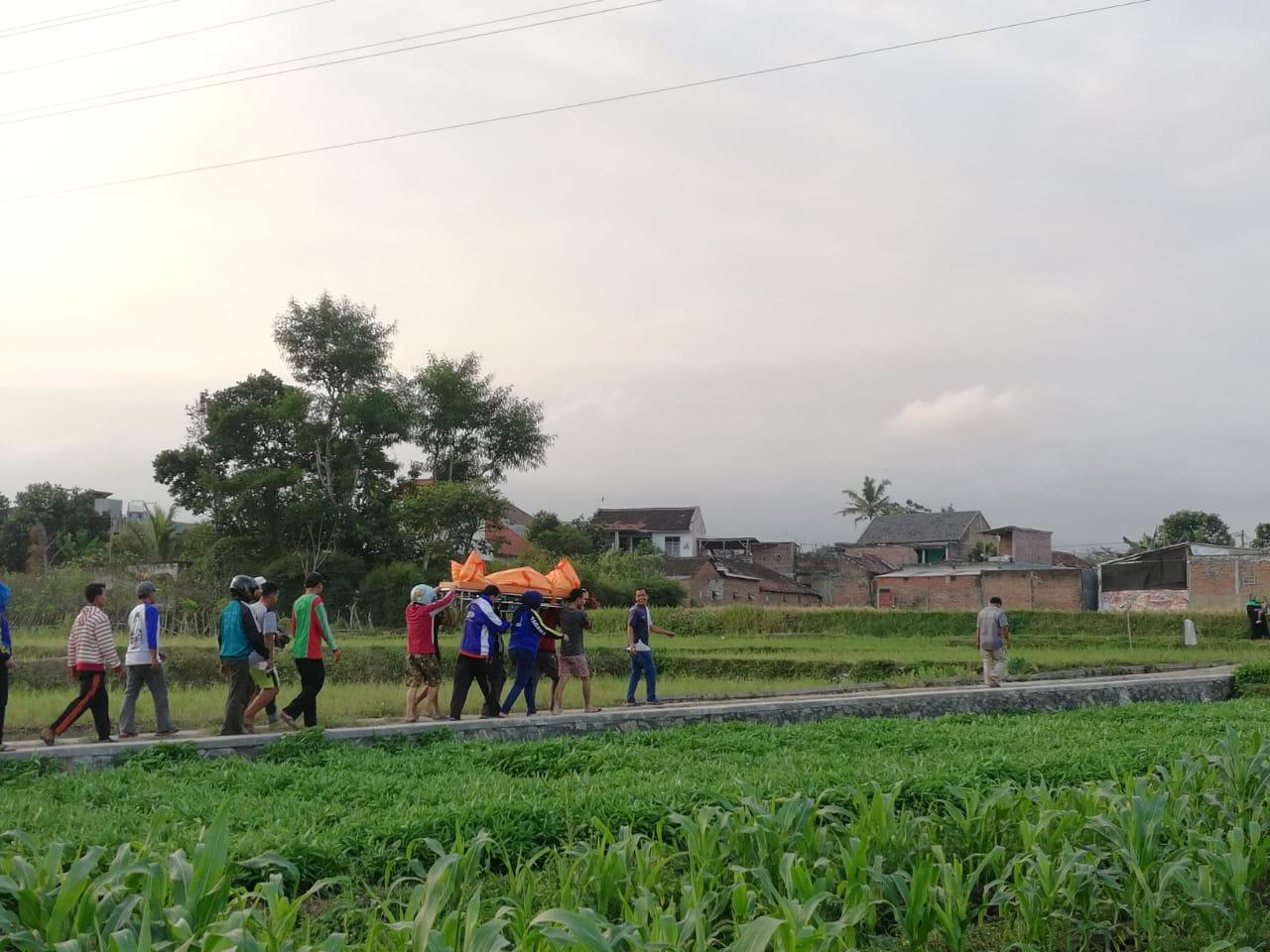 Warga mengerumuni saat petugas mengevakuasi mayat di tengah sawah Dusun Mojorejo, Desa Pendem, Kecamatan Junrejo, Sabtu (3/8/2019). (Foto: istimewa)