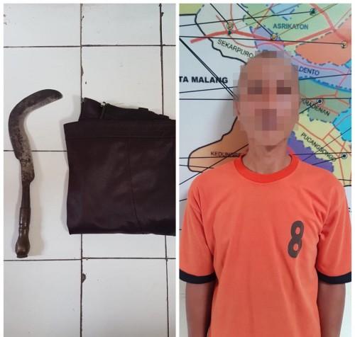 Mohamad Alfian tersangka beserta barang bukti sajam jenis calok saat diamankan polisi (Foto : Humas Polres Malang for MalangTIMES)