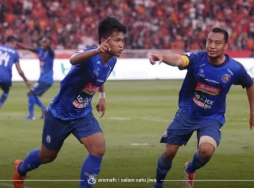 Ahmad Nur Hardianto (kiri) dan Hamka Hamzah saat merayakan gol penyama kedudukan melawan Persija. (official Arema FC)