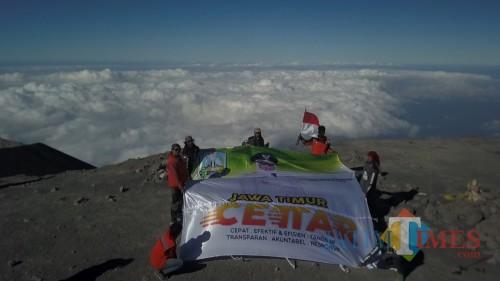 Bendera Jatim CETTAR di puncak Mahameru