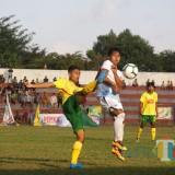 Pemain Perseta (kuning) berebut bola dengan pemain Perspa. (foto : Joko Pramono/Jatim Times)
