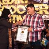 Wali Kota Kediri Abdullah Abu Bakar menerima penghargaan rekor Muri. (eko Arif s /JatimTimes)