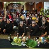 Bupati Abdullah Azwar Anas dan beberapa kepala OPD Pemkab Banyuwangi turut menikmati tumpeng bersama warga Kemiren.