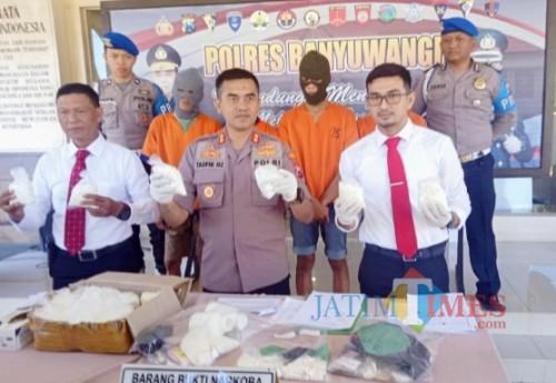 Kapolres Banyuwangi AKBP Taufik Herdiansyah Zeinardi saat pers rilis didampingii Kasatnarkoba dan KBO Narkoba