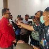 Manajer Komersial Konsorsium WBM, PG Asembagus, Agung Perwira saat dimintai komentar sejumlah wartawan (Foto Sony Haryono / SitubondoTIMES)