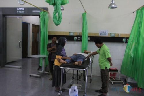 Wahyudim korban pengeroyokan saat dirawat di IGD RSUD Tongas Kabupaten Probolinggo (Agus Salam/Jatim TIMES)
