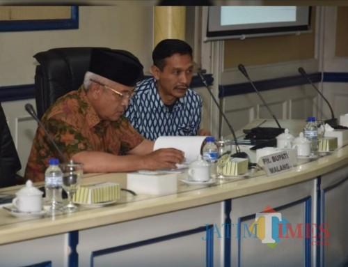 Kepala DPKPCK Kabupaten Malang Wahyu Hidayat (kanan) dan Plt Bupati Malang Sanusi (for MalangTIMES)