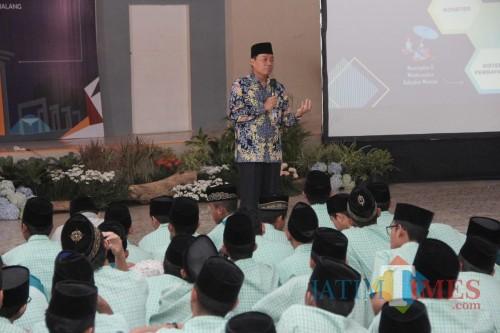 Kepala KPw BI Malang Azka Subhan (depan) saat mengajar di SMA Annur Bululawang. (Foto: BI Malang for MalangTIMES)