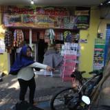 Livita pemilik toko menunjuk tempat parkir sepeda motor korban di depan tokonya  (Agus Salam/Jatim TIMES)