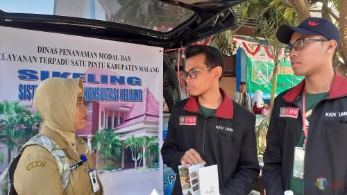 Dua mahasiswa Universitas Muhammadiyah Malang (UMM) saat konsultasi di Sikeling DPMPTSP Kabupaten Malang (Pipit Anggraeni/MalangTIMES).