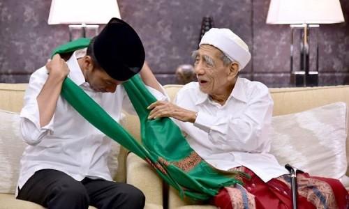 Presiden Republik Indonesia Joko Widodo saat dikalungkan sorbanKiai Maimun Zubair.