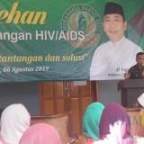 Wabup Yoyok saat memberikan sambutan pada sarasehan penanggulangan HIV/AIDS yang digelar LPM Merak. (Foto Heru Hartanto/Situbondo TIMES)