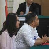 Annete, penggugat ibunya didampingi PH-nya dalam persidangan kasus perdata yang dilaporkannya di PN Probolinggo (Agus Salam/Jatim TIMES)