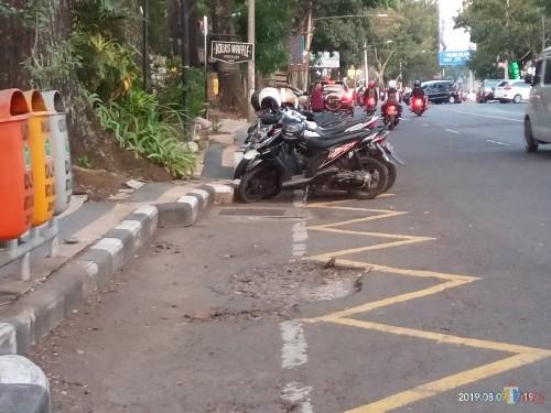 Salah satu contoh kendaraan yang melanggar, parkir diarea yang terdapat marka zig-zag larangan parkir di Jalan Semeru (Anggara Sudiongko/MalangTIMES)